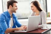 Młoda para za pomocą laptopa — Zdjęcie stockowe