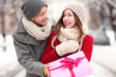 Man giving woman a surprise gift — Foto de Stock