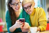 Paar textnachrichten im café — Stockfoto