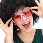 mujer con negro afro y gafas de sol — Foto de Stock