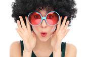 黒アフロとサングラスを持つ女性 — ストック写真