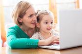 Matka a dcera pomocí přenosného počítače — Stock fotografie