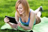 Kobieta za pomocą cyfrowego tabletu na zewnątrz — Zdjęcie stockowe