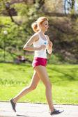 Junge frau, joggen im park — Stockfoto