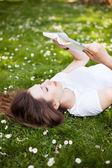 Livro de leitura do jovem ao ar livre — Foto Stock