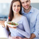 Couple eating salad — Stock Photo