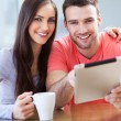 Smiling couple with digital tablet — Stock fotografie