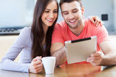 Casal sorridente com tablet digital — Fotografia Stock