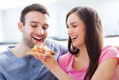 Young couple eating pizza — Stock Photo