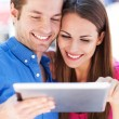 casal usando tablet digital — Foto Stock