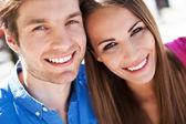 Gülümseyen genç çift — Stok fotoğraf