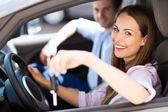 молодая женщина показаны автомобильные ключи — Стоковое фото