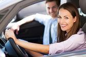 Unga paret sitter i bil — Stockfoto