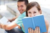 Studenter med sina böcker — Stockfoto