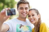 Paar nemen foto van zichzelf — Stockfoto