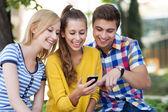молодые с мобильного телефона — Стоковое фото