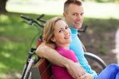 Couple avec leurs vélos dans un parc — Photo
