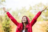Frau im regenmantel regen zu genießen — Stockfoto