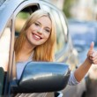 Smiling woman sitting in car — Lizenzfreies Foto
