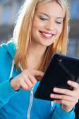 Giovane donna utilizzando la tavoletta digitale — Foto Stock