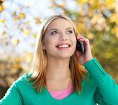 Giovane donna con cellulare — Foto Stock