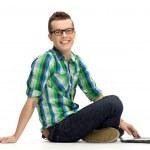 młody facet za pomocą laptopa — Zdjęcie stockowe