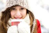 Zimní žena s horkou kávou — Stock fotografie