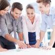 collega's leunend op tabel in office — Stockfoto