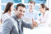 Podnikatel se spolupracovníky v pozadí — Stock fotografie