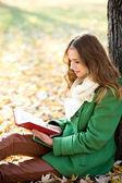 Flickan läsa bok utomhus — Stockfoto
