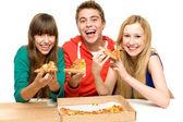 Tři přátelé, jíst pizzu — Stock fotografie