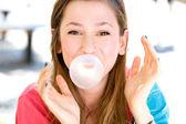 Jong meisje waait kauwgom — Stockfoto
