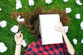 Kız onun ödev açık havada yapıyor — Stok fotoğraf