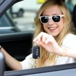 Womholding car keys — Stockfoto #27873761