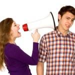 kvinnan skriker åt man genom MegaFon — Stockfoto