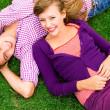 par liggande på gräs — Stockfoto