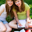 Girls studying outdoors — Stock fotografie