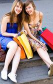 Amigos con bolsas de compras — Foto de Stock