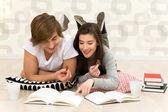 Coppia studiando — Foto Stock