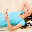 Foto Stock: Girl listening to mp3 player