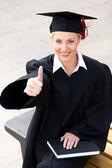 Mujer en recibirse con el pulgar para arriba — Foto de Stock