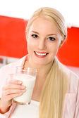 Mujer con vaso de leche — Foto de Stock