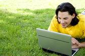 Mladý muž pomocí notebooku venku — Stock fotografie