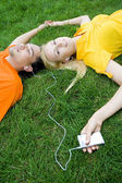 Couple listening to MP3 player — Stock Photo