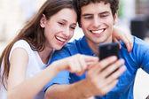 молодые люди с мобильного телефона — Стоковое фото
