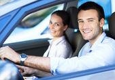 Arabada oturan genç bir çift — Stok fotoğraf