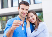 Couple with keys to new home — Stock Photo