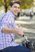 Man riding a bike in the city — Stockfoto