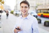 молодой человек текстовых сообщений — Стоковое фото