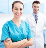 Mężczyzna i kobieta lekarze — Zdjęcie stockowe